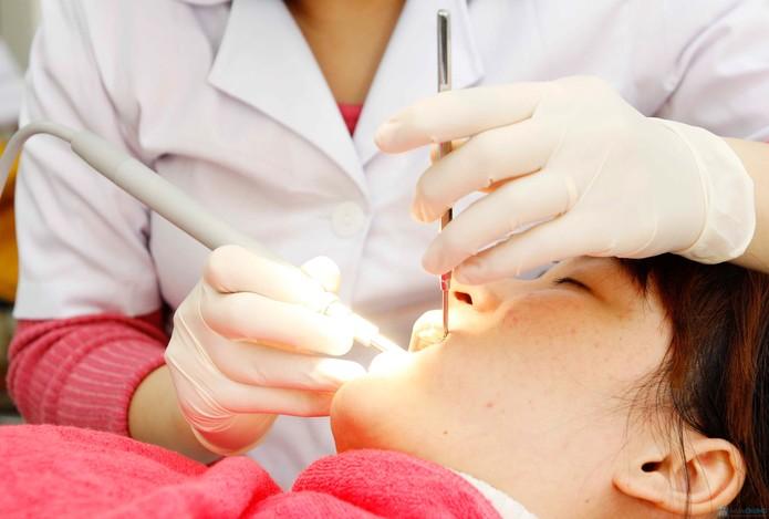 Vì sao bị đau sưng nướu răng trong cùng?2