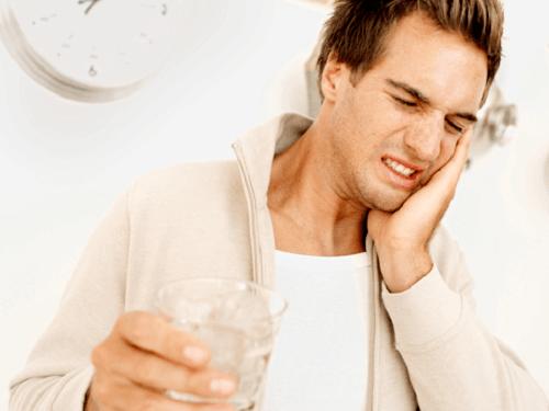 Răng bị ê buốt khi uống nước lạnh là vì sao? 1