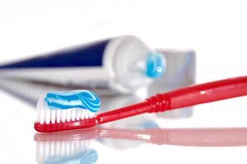 """Làm gì khi răng bị ê buốt? Cách làm răng hết ê buốt""""Tại Nhà"""" Hiệu Quả 3"""